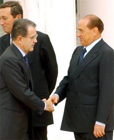 Verten, Silvio Berlusconi, hilser velkommen EU-kommisjonens formann Romano Prodi. (Foto:: AP/Scanpix)
