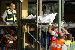 Israelske hjelpemannskaper bærer en av de døde etter dagens selvmordsaksjon ut av restauranten. Foto: Yoav Lemmer, AFP/Scanpix.