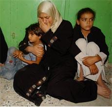 En palestinsk kvinne og hennes barn fortviler etter Israels angrep i Gaza i natt. (Foto: AP/Scanpix)