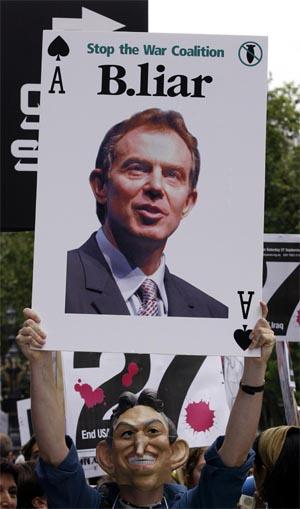 Sterke anklager mot statsminister Tony Blair og Irak-krigen. Her fra en demonstrasjon i London i august. (Arkivfoto: AFP/Scanpix)