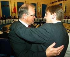 Göran Persson omfavnes av sin belgiske kollega Guy Verhofstadt under EU-toppmøtet i helgen. (Foto: Reuters/Scanpix)