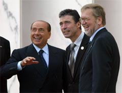 Italias statsminister Silvio Berlusconi med sin danske kollega Anders Vogh Rasmussen og Danmarks utenriksminister Per Stig Møller på EU-toppmøtet i Roma. (Foto: Reuters/Scanpix)