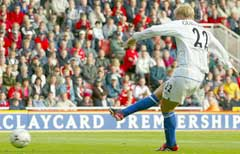 Eidur Gudjohnsen gir Chelsea 1-0. (Foto: Reuters/Scanpix)