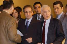 MEKDAD (i midten) i samtale med andre arabiske representanter foran møtet (Scanpix/AP)