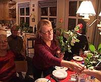 Åse Lill Kimestad feiret seieren med å dele ut blomster