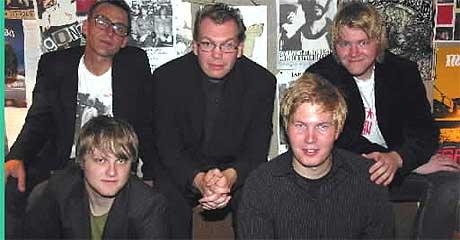 """Frode Grytten, i midten, sammen med The Smiths-bandet fra teaterforestillingen """"Bikubesong"""". Foto: Matti Riesto."""