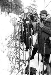 Her ser vi Halfdan Hegtun (f.h) kommenterer damenes storslalåm under OL i 1952. Foto: Aktuell / Scanpix
