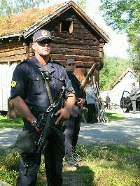 Staten vil sjøl ha kontroll med pengene til musea. Her bilde av væpna politi på Romsdalsmuseet under Sharonbesøket. Foto: Gunnar Sandvik