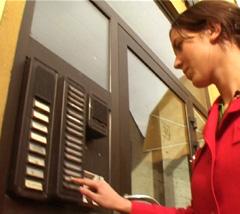 FBI-reporter Elisabet Høye ringer på døra til Billettkontoret AS for å konfrontere dem med saken. Foto: FBI