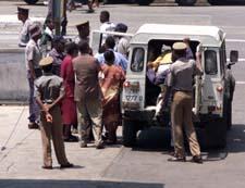 Fagforeningsmedlemmer som prøvde å demonstrere, ble fraktet bort fra sentrum i Harare. (Foto: AP)