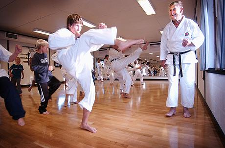 I snart 30 år har Wiberg vært instruktør ved Ås Karateklubb. (Foto: Felicia Øystå / Østlandets Blad)