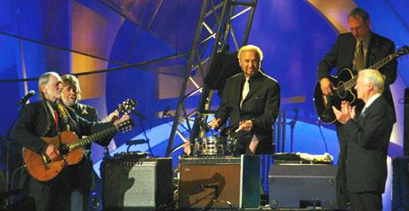Nobels fredspriskonsert 2002. Vinneren Jimmy Carter blei henta opp på scena av Willie Nelson ( til venstre) i Oslo Spektrum. Foto: Knut Fjeldstad / SCANPIX.
