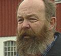 Jarl Eik utenfor låven på Våk, Foto: NRK