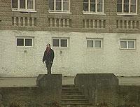 Jarl Eik foran Våk skole ved Moss. Han forteller rystende historier fra tiden her. Foto: NRK.