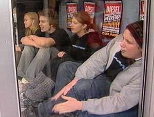 Fire ungdommer i et butikkvindu i gågata i Hamar.