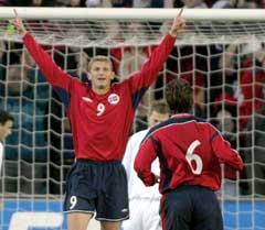 Tore Andre Flo jubler etter å ha gitt Norge 1-0. (Foto Knut Fjeldstad / SCANPIX)