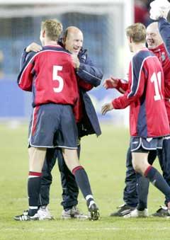 Christer Basma, Nils Johan Semb, Harald Bratbakk og Harald Aabrekk jubler etter at Norge er klar for playoff. (Foto: Tor Richardsen / SCANPIX)