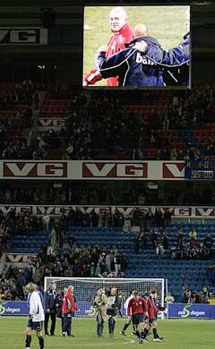 Det norske laget sto og så på avslutningen av kampen mellom Danmark og Bosnia på storskjerm på stadion etter at kampen var slutt. (Foto: Knut Fjeldstad / SCANPIX)
