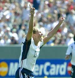 Kristine Lilly jubler etter å ha gitt USA 1-0. (Foto: AFP/Scanpix)