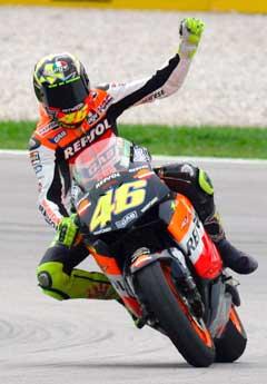 Valentino Rossi jubler i det han krysser målstreken i Malaysia. (Foto: AP/Scanpix)