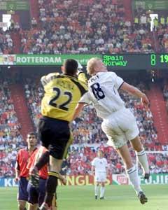 Steffen Iversen scorer mot Spania i EM i 2000.(Foto: Tor Richardsen / SCANPIX)