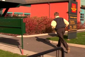 Dag Nilson springer inn til Statens Vegvesen, for å vise at han har betalt giroen i banken. Først da får han med seg vognkortet hjem. Foto: FBI