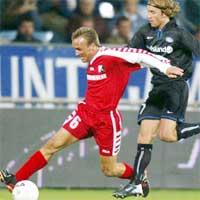 VIFs David Hansen i kamp med Graz-spilleren Dieter Ramusch. (Foto. Reuters)