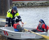 Hans Kristian Floor forteller hvordan elevene skal oppføre seg i en båt.
