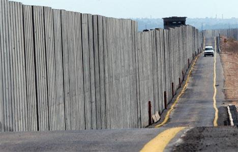 Muren ved Qalqilya på Vestbredden. (Foto: AP/Scanpix)