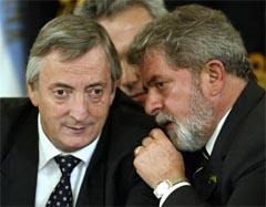"Argentinas president Nestor Kirchner låner øre til sin brasilianske kollega Luiz Inacio ""LuLa"" da Silva i Buenos Aires. (Foto: AFP/Scanpix)"