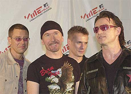 Adam Clayton, The Edge, Larry Mullen Jr., og Bono sponser støttesenter for seksuelt misbrukte barn. Foto: Suzanne Plunkett, AP.