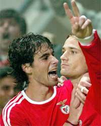 Tiago tiljubler Nikolas Feher etter at han scoret mot La Louviere i den første UEFA-cup runden på onsdag. (Foto: Reuters)