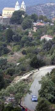 Det er bratte stup langs løypene i Korsika (Foto: www.swrt.com)