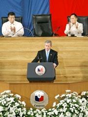 Den amerikanske presidenten George W. Bush talte i dag til nasjonalforsamlingen i Filippinene. Foto: J. Scott Applewhite, AP/Scanpix.