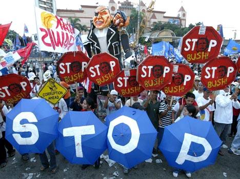 USAs president ble møtt med store demonstrasjoner i Manilas gater. Foto: Erik De Castro, Reuters/Scanpix.