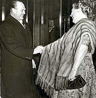 1959: Kong Olav hilses velkommen til åpningen av Den Norske Opera av Kirsten Flagstad. Scanpixarkiv