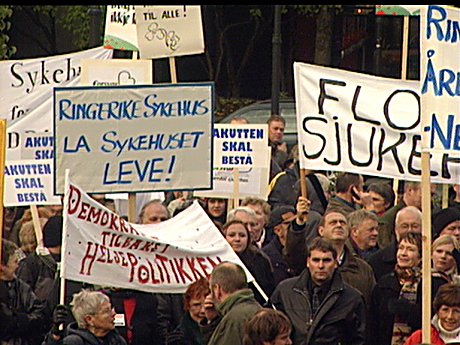 Mange ansatte, lokalpolitikere og andre hadde møtt opp i Oslo for å demonstrere mot planene om å kutte i helseregionene.