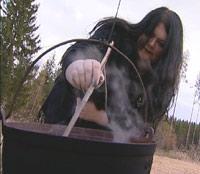 - Å være heks er det eneste jeg kan, sier Lena Skarning