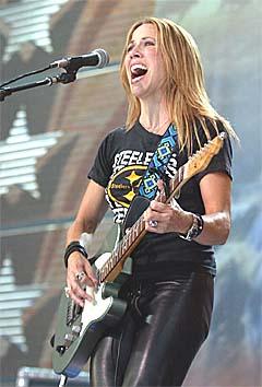 Sheryl Crow hjelper David Eriksen med låt og vokal på USA lansering. Foto:Chris Putman, AP Photo.