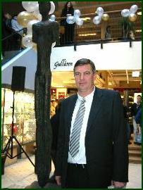 Styreformann i Moldetorget Stig O. Jacobsen ved siden av Nico Widerbergs statue inne i kjøpesenteret. Foto: Gunnar Sandvik