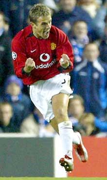 Phil Neville jubler etter å ha gitt Manchester United ledelsen. (Foto: Reuters/Scanpix)