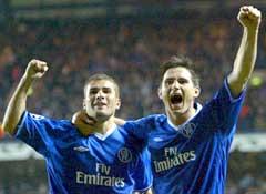 Målscorerne Adrian Mutu (t.v.) og Frank Lampard feirer Chelseas seier. (Foto: Reuters/Scanpix)