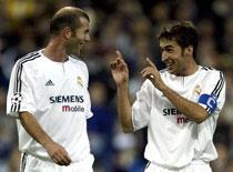 Raul jubler sammen med Zinedine Zidane etter å ha scoret seiersmålet mot Partizan. (Foto: Sergio Perez/Reuters)