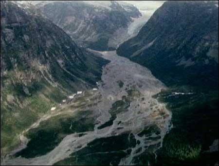 I 1979 fylte elva store deler av Jostedalen. (Foto: NRK)