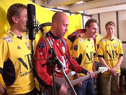 Fra venstre i Hønsehuset: Hans Jørgen Amundsen, Jonas Kolstad, Jan Erik Bjerk og Tom Høgli. Keeper Tor Egil Horn stikker seg bak kollega Tom. Foto: NRK.