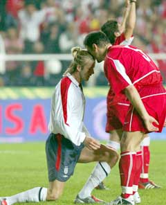 Alpay hånte David Beckham etter straffemissen i Istanbul. (Foto: AP/Scanpix)