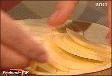 Eplene legges i en vifte på butterdeigen