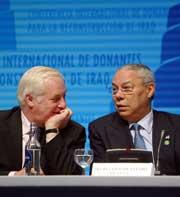 EUs utenrikskommisær Chris Patten og USAs utenriksminister Colin Powell på giverlandskonferansen for Irak. Foto: AP/Scanpix