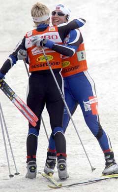 Marit Bjørgen og Hilde Gjermundshaug Pedersen vant sprintstafetten i Düsseldorf i oktober. (Foto: AFP/Scanpix)