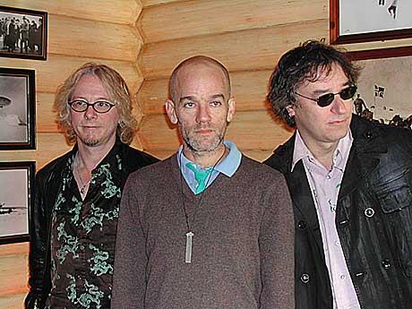R.E.M. har hatt sine tøffe krangler i løpet av de 23 årene de har vært sammen. - Ellers ville vi ikke vært en gruppe, mener vokalist Michael Stipe (midten). Foto: Ragnhild Lund, NRK.